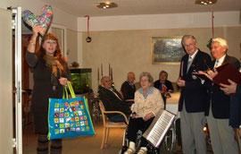 Anja liefert Herzkissen für die Senioren