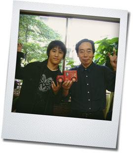 """ちなみにこちら、4~5年前の写真ですが、岡部さんとなぜか動きがシンクロしている三男""""こがっぱ""""。"""