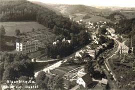 Links das ehemalige Produktionsgebäude der Deutschen Präzisions-Uhrenfabrik AG 1919 vor dem späteren Ausbau durch die DPUG e G. m. b. H.