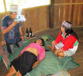 Ritual Tabak abblasen vom Schamanen Mateo Arevalo Maynas