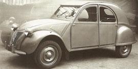 2 CV exposée au salon de l'auto en 1948