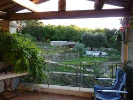La piscine vue de la terrasse du Grand Gîte