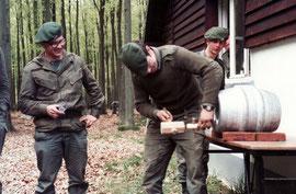 Beim Anschalgen des Bierfasses : von links: Chef MÜLLER, René Johanns und Ernst Breuer