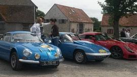 Au premier plan, l'Alpine de l'ancien pilote de F1 Jean-Pierre Jabouille, parrain du rallye.