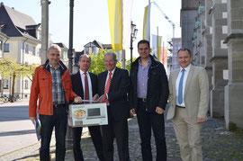 Von links: Günter Wenger (Leiter Integration und Soziales), Günter Karrer, Manfred C. Noppel, Oliver Preiser (Vorstände der Bürgerstiftung), Martin Staab (Oberbürgermeister)