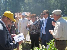 Почетные гости праздника знакомятся с творчеством Н.Яковлева