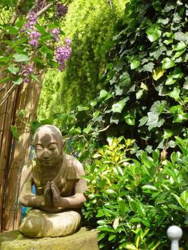 Zen-Mönch im Garten