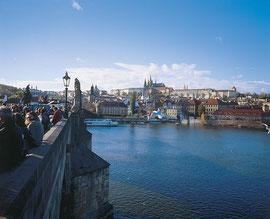 Karlsbrücke über die Moldau mit Prager Burg