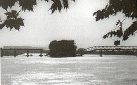 Porušeni most na Savi između dva Broda
