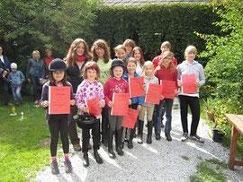 Gruppenfoto mit den Urkunden