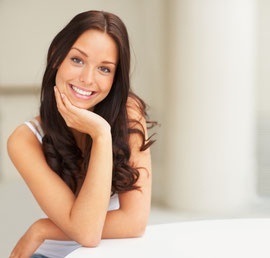 Selbstbewusst, offen und sympathisch: Ein strahlendes Lächeln mit weißen Zähnen