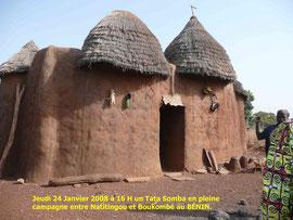 Un Tata Somba dans l' Atakora, entre Natitingou et Boukombé, arrêt chez un paysan et sa famille, en pleine campagne.