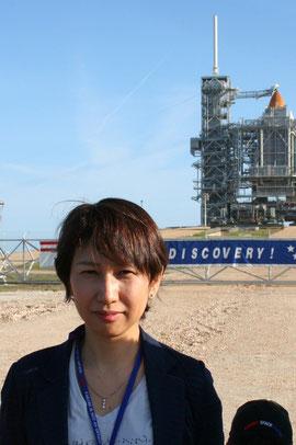 2010年4月NASAケネディ宇宙センターで。後ろは発射前のスペースシャトル・ディスカバリー号