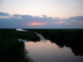 八郎湖へと沈む夕日