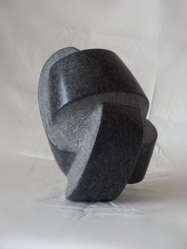 Stein verknoten. Unmögliche Verknotung eines Steines. Knotenkunst, Kunstknoten. Die Kunst des Steinverknotens. Steinknoten aus schwarzem Diabas.