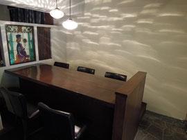 ゆったり座れる大きなテーブル席
