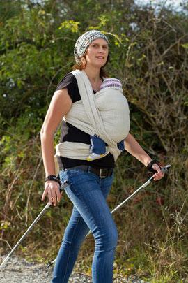 Nordic Walking ist Sport in der Natur mit Baby im Tragetuch oder Tragehilfe
