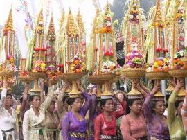 Mujeres portando ofrendas