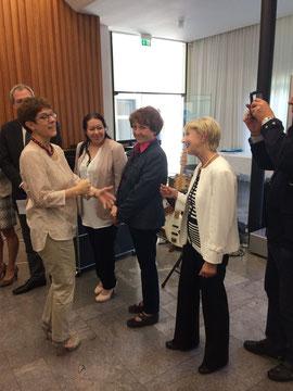 Ministerpräsidentin Kramp-Karrenbauer gratuliert der Vorsitzenden Helga Ehretsmann zum Förderpreis