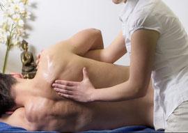 Rückenmassage nach traditioneller Lehre der Thai Massage