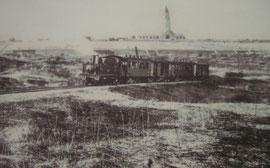 Tacotbahn in den 30ern - im Hintergrund Beinhaus mit dem Friedhof und das Gelände beim Abri 320