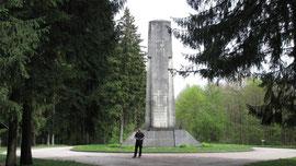 Arne Beyerlein am Gedenkstein auf der Höhe 304