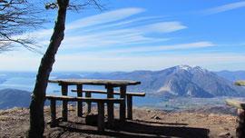 Tavolo da picnic in vetta al Monte Todum m. 1298
