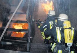 Dieses Mal sah das Szenario im Brandübungscontainer vor, dass sich die Einsatzkräfte zu einem Feuer im Keller vorarbeiten. Die Flammen loderten in allen Ecken. Platzangst durften die Kameraden nicht m