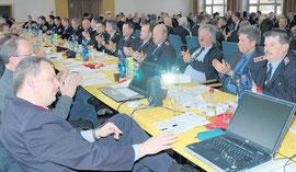 Im Saal des Verwaltungsgebäudes war am Sonnabendvormittag kein Sitz mehr frei. Hunderte Kameraden fanden sich zur Versammlung des Kreisfeuerwehrverbandes ein. Fotos (2): Astrid Mathis