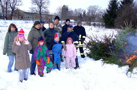 So nach und nach spendeten die Bäume ihre wohlige Wärme hinter dem Dorfgemeinschaftshaus in Giesenslage.