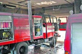 Ein technischer Defekt löste eine Kettenreaktion aus: Zwei Gasflaschen explodierten in der Fahrzeughalle und verursachten einen Schaden in Höhe von 150000 Euro. Foto: Polizei