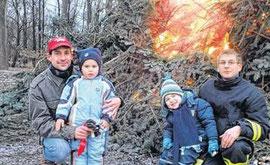 Mit ihren Vätern suchten Felix und Benni die Nähe des großen Feuers auf dem Areal am Werbener Schießstand.