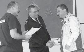 Verbandsgemeindewehrleiter Ronny Hertel (Mitte) und Ausbilder Jan Melzer (links) überreichen Maik Bartel (FFw Werben)die Teilnehmerzertifikate. Foto: Benjamin Kobelt