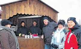 An der Bude hatten Jessika Nauendorf und ihr Bruder Arno Nauendorf verschiedene Getränke im Angebot. Fotos: Walter Schaffer