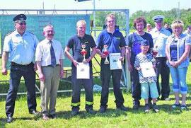 Die jeweiligen Vertreter der ersten drei Siegermannschaften haben sich zum Erinnerungsfoto mit den Gratulanten aufgestellt.