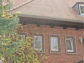 An Arneburgs altes Feuerwehrgerätehaus erinnern leicht verblasste Tore. Auf der Metalltür ganz links kündet ein Fischerstecher-Logo von der früheren Nutzung des Backsteinhauses.