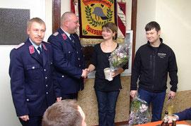 Für zehnjährige Zugehörigkeit zur Wehr bekam Kamerad Nico Neujahr die Anstecknadel der Stufe I verliehen. Die Kameradin Annika Bock wurde als neues Mitglied symbolisch aufgenommen.