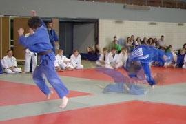 """Wayan de Vries (JSC Heidelberg) und Selina Dietzer (TV Mosbach) demonstrieren """"Pantomimen-Judo"""""""