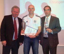 Ehrung durch den Präsidenten des SHFV Hans-Ludwig Meyer (li.) und den Vorsitzenden des Schiedsrichterausschusses Holger Wohlers (re.)