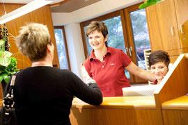 Zahnarzt Sigmaringen: Freundliche Begrüßung an der Rezeption