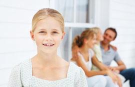 Regelmäßige Prophylaxe schützt die Zähne Ihrer Kinder vor Karies und Schmerzen.