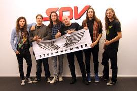 Photo von links nach rechts:  Dirk Frei (bass), Alexander Backasch (guitar), Stephan Dietrich (vocals), Olly Hahn (A&R Steamhammer), Peter Langforth (guitar), David Schleif (drums)