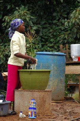 Yvonne beim Wäsche waschen