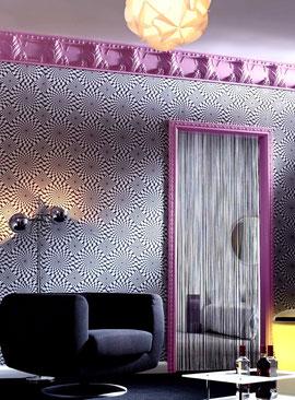 Raumgestaltung mit Mustertapete und Stuckprofilen