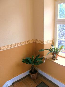 Modernes Wanddesign mit Ornamenten im Treppenhaus