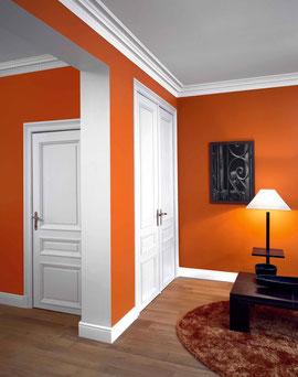 Beispiel einer Farb- und Stuckgestaltung im Flur- und Wohnzimmer-Bereich