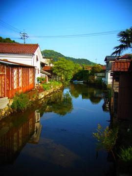 東町の川沿いの風景…昭和の香りがしてきそうな・・・