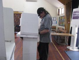 投票ブースで記入するポール