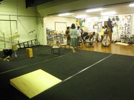 情報芸術センターの広い舞台に合わせて、稽古場の舞台と客席をブチ抜きで使います
