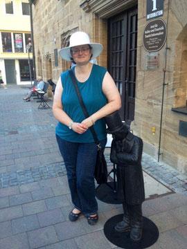 Marie-Luise mit Kasper Hauser vor der Touristeninformation in Ansbach
